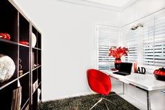 Modernt arbetsrum i ett lyxigt hus med en liten vit tabell royaltyfri bild