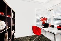 Modernt arbetsrum i ett lyxigt hus med en liten vit tabell royaltyfria bilder