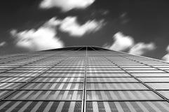 Modernt arkitekturabstrakt begrepp med moln i rörelsesuddighet arkivfoto