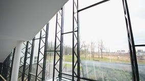 Modernt arkitekturdetalj-exponeringsglas tak i kontorsbyggnaden steadicamskott arkivfilmer