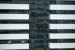 Modernt arkitekturslut upp med spegelfönsterreflexion bankade arkivbild
