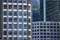 Modernt arkitekturslut upp med spegelfönsterreflexion bankade arkivbilder