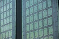 Modernt arkitekturslut upp med spegelfönsterreflexion bankade fotografering för bildbyråer