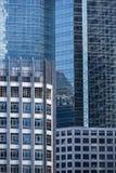 Modernt arkitekturslut upp med spegelfönsterreflexion bankade royaltyfri foto