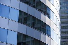 Modernt arkitekturslut upp med spegelfönsterreflexion bankade royaltyfri fotografi