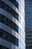 Modernt arkitekturslut upp med spegelfönsterreflexion bankade arkivfoto