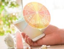 Modernt astrologibegrepp med mobilen Arkivfoto