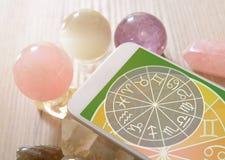 Modernt astrologibegrepp med mobilen Fotografering för Bildbyråer