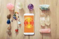 Modernt astrologibegrepp med mobilen Arkivfoton