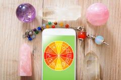 Modernt astrologibegrepp med mobilen Royaltyfria Bilder
