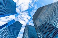 Modernt av skyskrapabyggnad och finansiell mitt för affär Arkivfoton