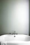Modernt badrum genom att använda mjuka gröna pastellfärgade färger Arkivfoto
