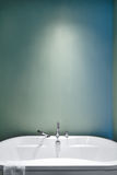 Modernt badrum genom att använda mjuka gröna pastellfärgade färger Fotografering för Bildbyråer