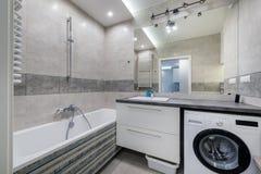 Modernt badrum i ljusa färger Fotografering för Bildbyråer