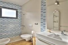 Modernt badrum i lyxig villa royaltyfri fotografi