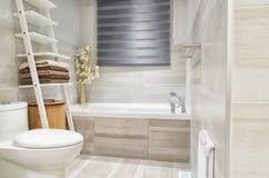 Modernt badrum i lyxigt hus Arkivfoto
