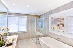 Modernt badrum med ett handfat- och duschområde royaltyfri foto