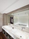 Modernt badrum med marmor och parketten, ingen Fotografering för Bildbyråer