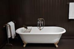 Modernt badrum med svarta tegelplattor Arkivbild