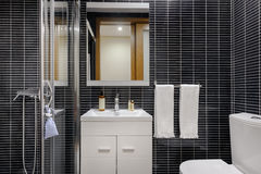 Modernt badrum med svarta tegelplattor royaltyfri foto