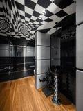 Modernt badrum med svartvit garnering, ingen Arkivfoto