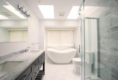 Modernt badrum med tegelplattagolvet Fotografering för Bildbyråer