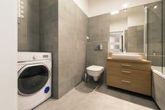 Modernt badrum med tegelplattor på golvet royaltyfri foto