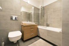 Modernt badrum med tegelplattor på golvet Fotografering för Bildbyråer