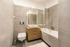 Modernt badrum med tegelplattor på golvet royaltyfri bild