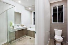 Modernt badrum med toaletten royaltyfri bild