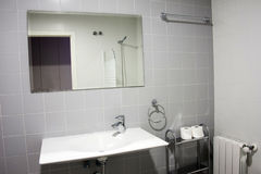 Modernt badrum med vasken royaltyfria foton