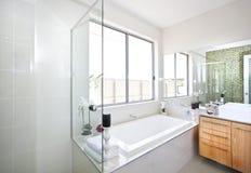 Modernt badrum som fokuserar på badkaret i ett lyxigt hotell arkivbild