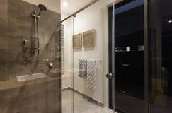 Modernt badrumduschområde med glass dörrar fotografering för bildbyråer