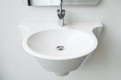 Modernt badrumvask och klapp royaltyfri bild