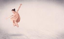 Modernt balettdansörföreställningskonsthopp med tom bakgrund Arkivfoton