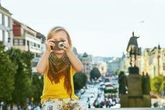 Modernt barn med den digitala kameran som tar fotoet i Prague Royaltyfria Foton