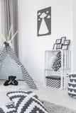 Modernt barnrum med tältet arkivbilder