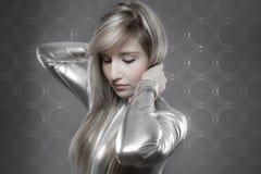 Modernt begrepp, härlig blondin med silvereffekter, communicat royaltyfria foton