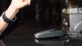Modernt betalningbegrepp Closeupskott av kunden som förestående betalar med NFC-teknologi vid den contactless smarta klockan på stock video