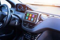 Modernt bilinfotainmentsystem med telefonen, meddelanden, musik, navigering, resaapps fotografering för bildbyråer