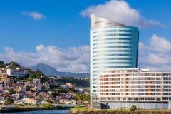 Modernt blått- och vithotell på kust av Martinique Royaltyfri Foto