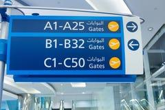 Modernt blått tecken på flygplatsen Royaltyfri Bild