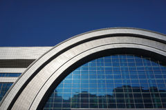 modernt byggande arkitektoniskt som bakgrund var kan inramning använt Fotografering för Bildbyråer