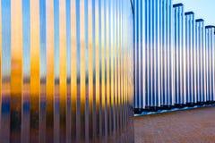 modernt byggande Metallstruktur med solkatten på solnedgången Arkivfoto