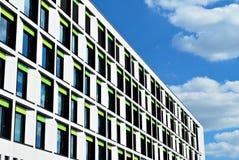 modernt byggande Modern kontorsbyggnad med fasaden av exponeringsglas Royaltyfri Fotografi