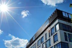 modernt byggande Modern kontorsbyggnad med fasaden av exponeringsglas Arkivfoton