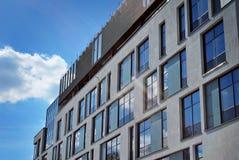 modernt byggande Modern kontorsbyggnad med fasaden av exponeringsglas Royaltyfria Bilder