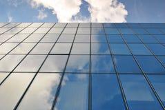 modernt byggande Modern kontorsbyggnad med fasaden av exponeringsglas Royaltyfria Foton