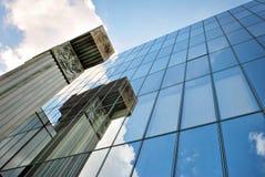 modernt byggande Modern kontorsbyggnad med fasaden av exponeringsglas Arkivfoto