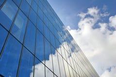 modernt byggande Modern kontorsbyggnad med fasaden av exponeringsglas Royaltyfri Bild